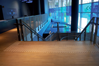 Guzki Rom.dot, gładkie surowe aluminium, zamontowane przy schodach na drewnie