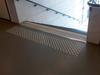 Guzek Rom.dot, gładkie surowe aluminium, zamontowane przy schodach