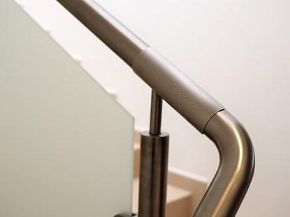 Изображение Tabliczki metalowe gięte na poręcz z brajlem