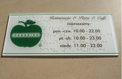 Bild von Etykiety i tabliczki z napisami brajlowskimi oraz QR