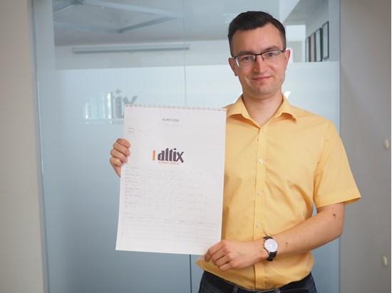 Na zdjęciu Tomek z marketingu prezentuje Brajlowski Skarb Kibica